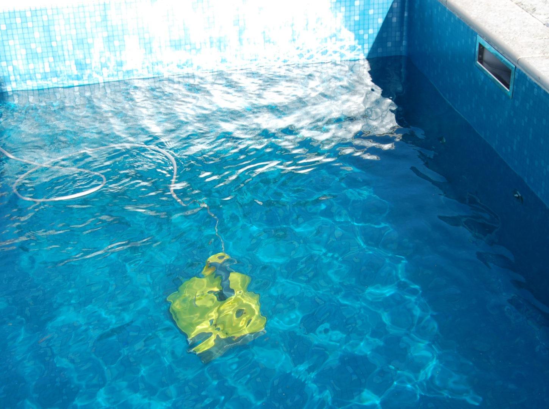 Poolrobot in action, rengör poolens botten på ett effektivt sätt.